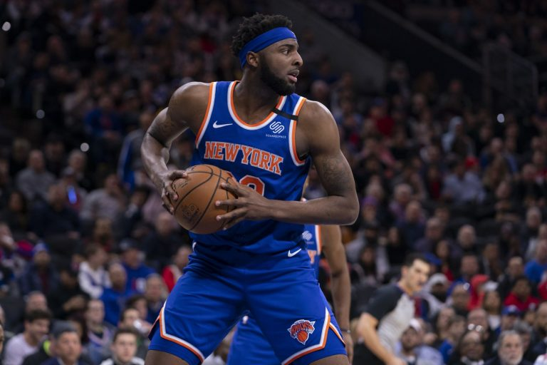 Knicks center Mitchell Robinson fractures right hand