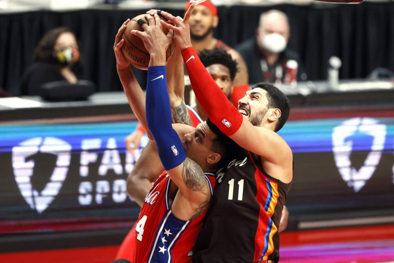 Enes Kanter looks like UFC fighter after taking hit from Robert Covington
