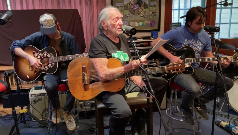 Willie Nelson Performs Sinatra's 'A Cottage for Sale': Watch