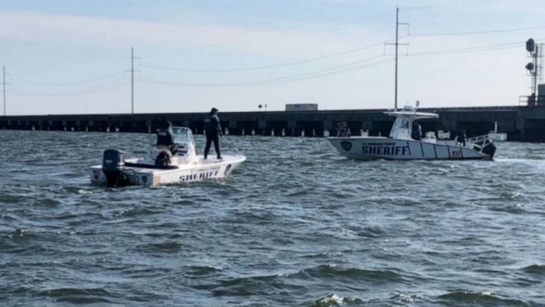 1 person dead, 4 rescued after boat slams into drawbridge near New Orleans