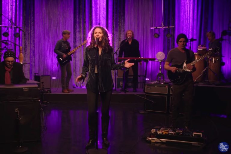 See Edie Brickell & New Bohemians Perform 'Stubborn Love' on 'Fallon'