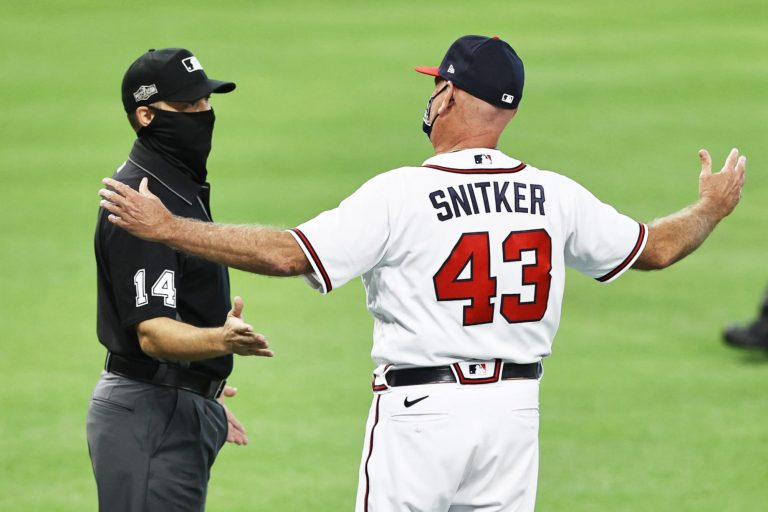 Brian Snitker still doesn't know how to wear a mask (Video)