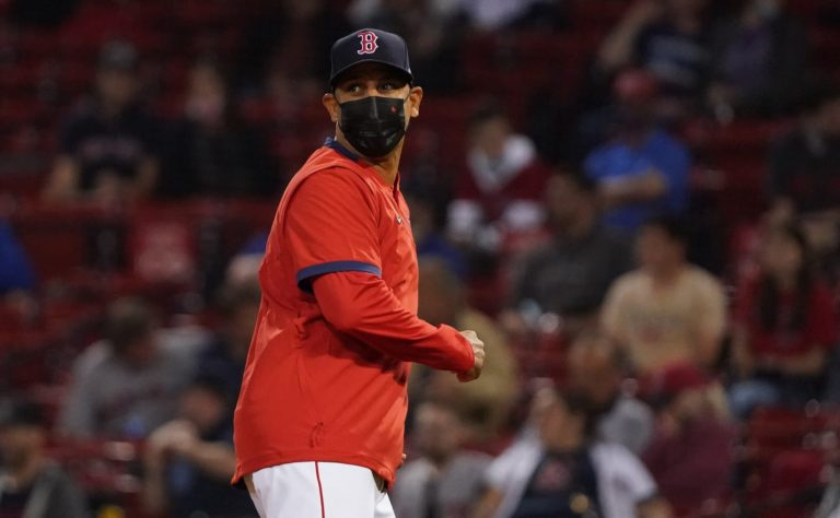 Astros fans boo Alex Cora in complete lack of awareness