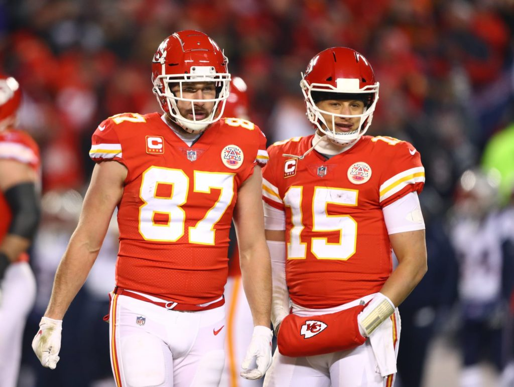 Patrick Mahomes loses bet to Travis Kelce on golf course in sand trap