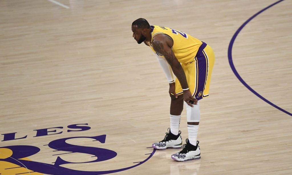 LeBron James leaves court early in Lakers blowout loss (Video)