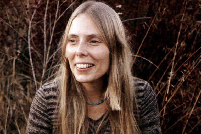(AUSTRALIA OUT) Canadian singer-songwriter Joni Mitchell playing an Appalachian dulcimer, 1971. (Photo by GAB Archive/Redferns)