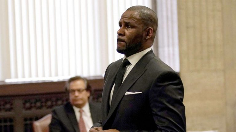 2 of R. Kelly's defense lawyers withdraw in shake-up just months before trial