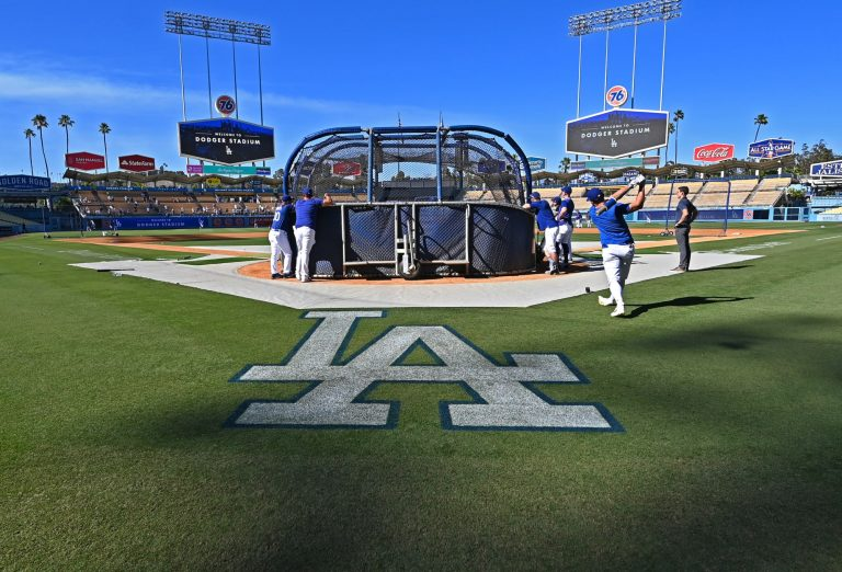 Dodgers fans take dangerous measures to troll the Astros in batting practice