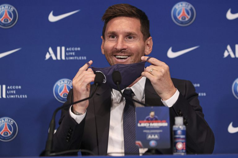 Kylian Mbappé welcomes Lionel Messi to PSG
