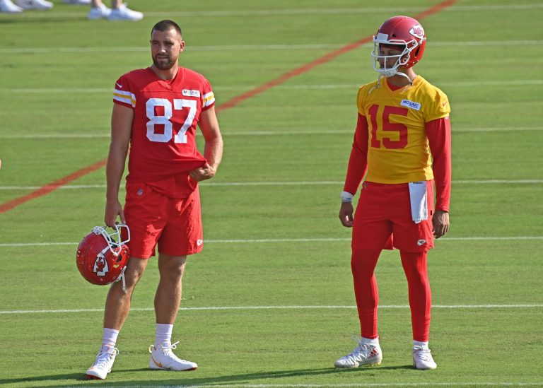 Patrick Mahomes and Travis Kelce have hilarious exchange over cookies